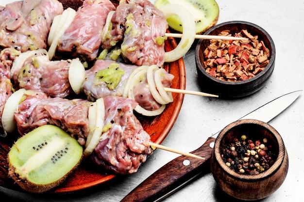 Shish kebab de carne cruda en brochetas