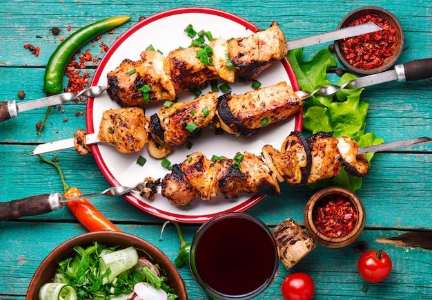 Shish kebab y ensalada