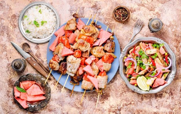 Shish kebab con guarnición de sandia