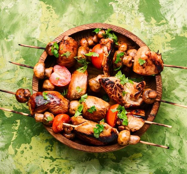 Shish kebab a la parrilla en brochetas