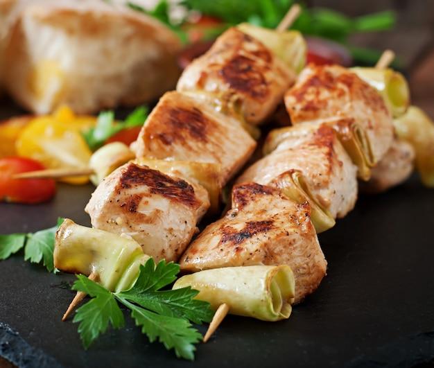 Shish kebab de pollo con calabacín