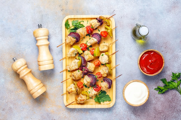 Shish kebab de pollo con verduras, salsa de tomate, mayonesa, vista superior