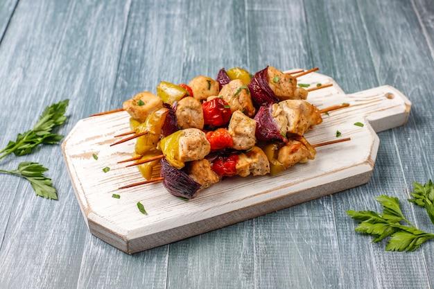 Shish kebab de pollo con verduras, salsa de tomate y mayonesa