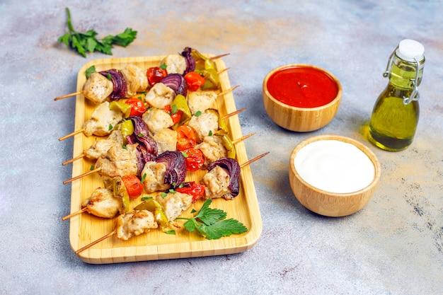 Shish kebab de pollo con verduras, salsa de tomate y salsa de mayonesa
