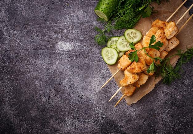 Shish de pollo con ensalada verde. enfoque selectivo