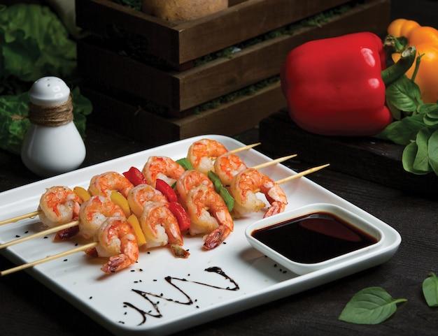 Shish stick kebab con mariscos, cangrejos