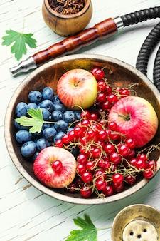 Shisha de arabia con bayas y manzana