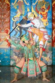 Show de pantomima tailandesa la escena de batalla entre hanuman y los seguidores de tosakan