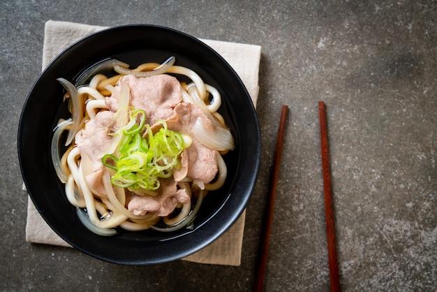Shoyu udon ramen fideos con carne de cerdo (shoyu ramen)