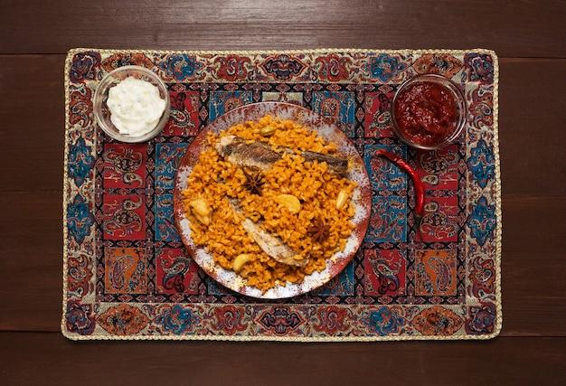 Siadeah estilo yemení - pescado kabsa. arroces mixtos que se originan en yemen. comida del medio oriente.