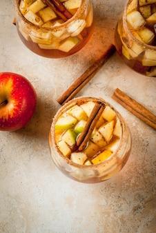 Sidra de manzana caliente con trozos de fruta y canela