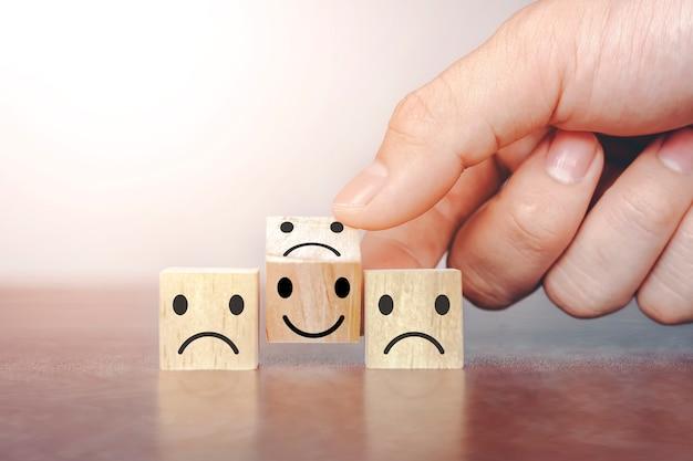 Siéntete bien con el símbolo triste. concepto de encuesta de satisfacción del cliente después del servicio postventa.