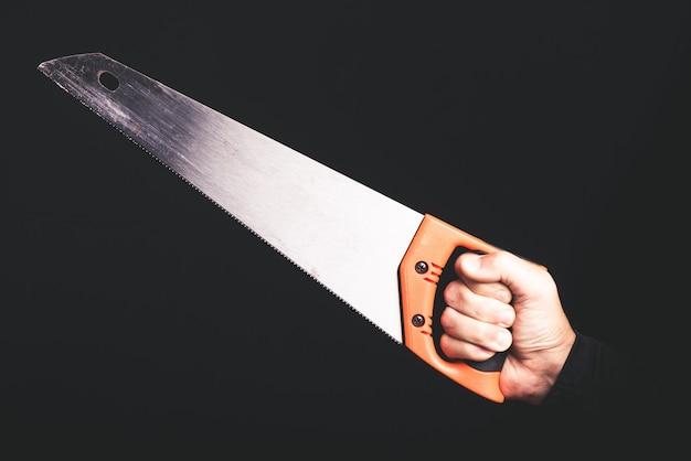 Sierra de carpintero, herramientas en mano de hombre, servicio de mantenimiento