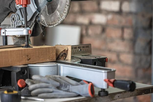 Sierra circular, sierra ingletadora fotografiada en el ambiente del taller.