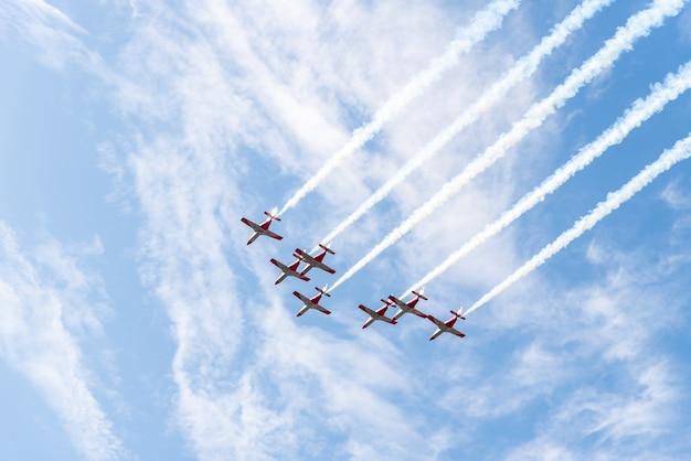 Siete aviones de combate volando en el cielo.