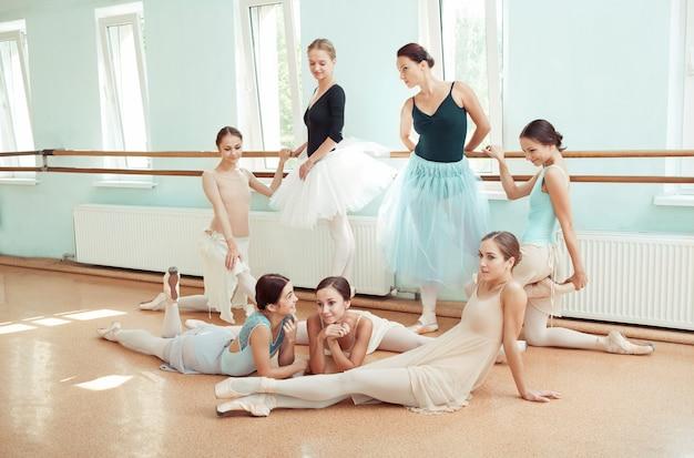 Las siete bailarinas en el bar de ballet