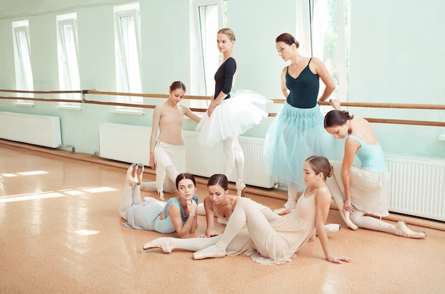 Las siete bailarinas en la barra de ballet