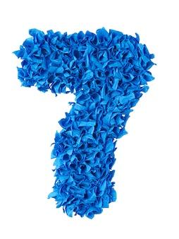 Siete, número 7 hecho a mano de trozos de papel azul aislado en blanco