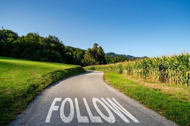 Siga el camino como concepto de avance, dirección o viaje.