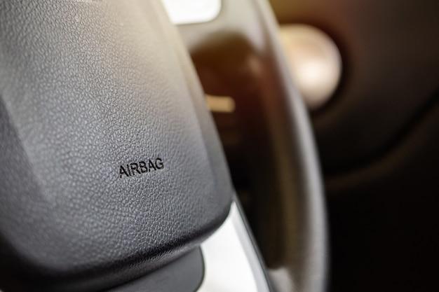 Signo de airbag de seguridad en el volante del coche