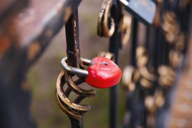 Signo de amor, cerradura de corazón pequeño en un hermoso puente