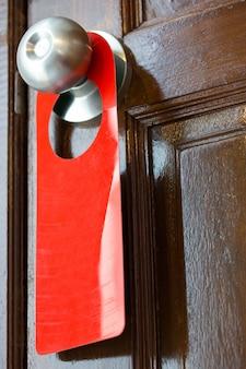 Signo en blanco colgando de la puerta
