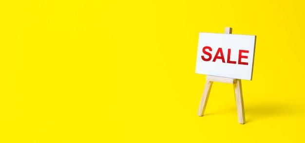 Signo de caballete con las palabras venta publicidad marketing compras con descuento en línea
