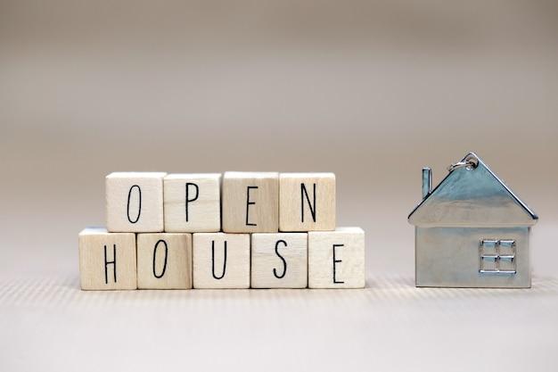 Signo de casa abierta texto cubos de madera, bienes raíces, hipotecas, concepto de negocio y venta