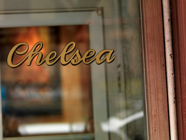 Signo de chelsea en una ventana en manhattan, nueva york, estados unidos