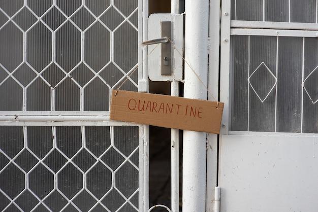 Signo de cuarentena en la puerta principal