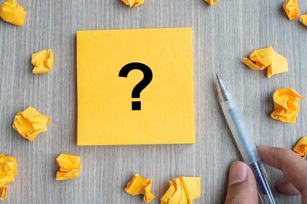 Signo de interrogación en nota amarilla
