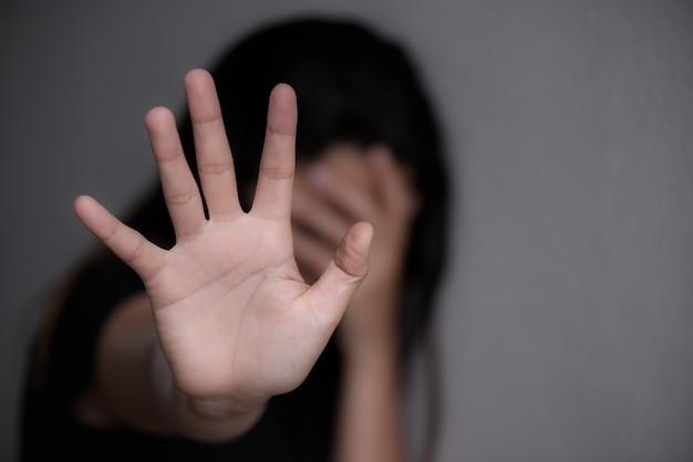 Signo de mano de mujer para dejar de abusar de la violencia, concepto del día de los derechos humanos