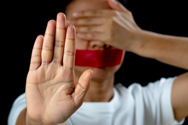Signo de la mano de la mujer para detener el abuso de la violencia.