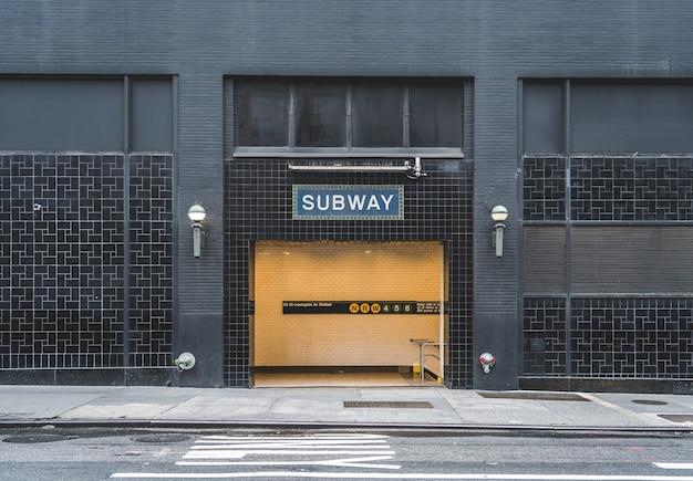 Signo de metro en una entrada de metro en nueva york