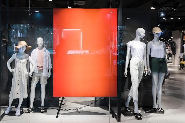 Signo naranja vacío en tienda de ropa