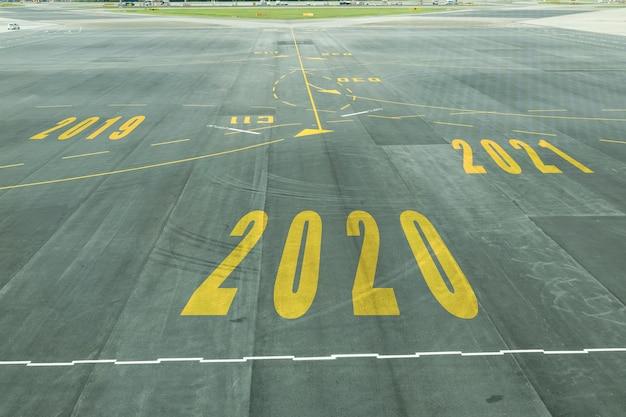 El signo del número 2020 en la pista del aeropuerto muestra la próxima recepción de año nuevo pronto.