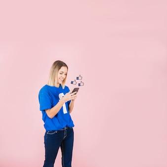 Signo de pulgares arriba feliz mujer con smartphone