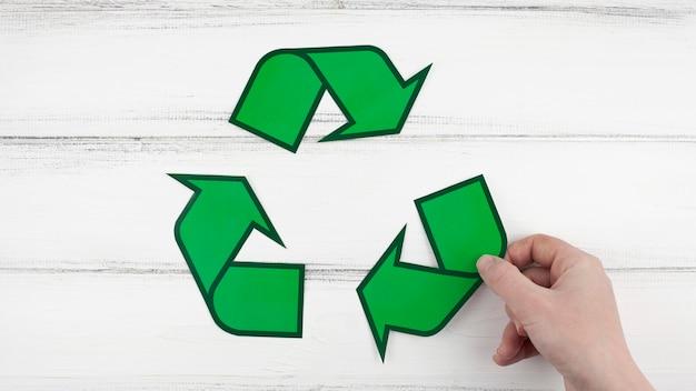 Signo de reciclaje y mano