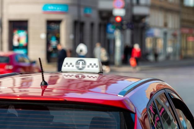 Signo de taxi en la parte superior del techo de un coche rojo