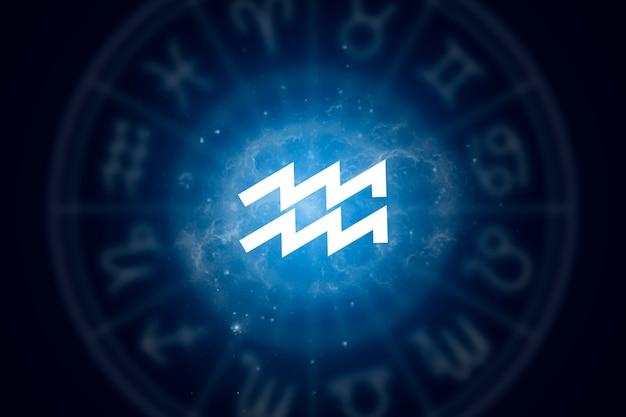 Signo del zodiaco acuario sobre un fondo del cielo estrellado