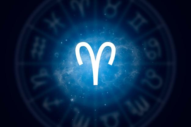 Signo del zodiaco aries sobre un fondo del cielo estrellado