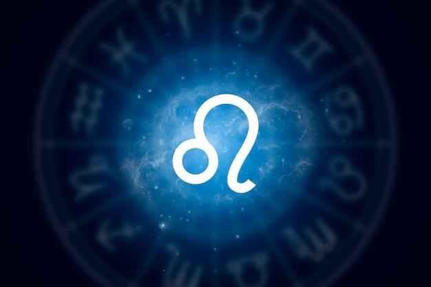 Signo del zodiaco leo sobre un fondo del cielo estrellado