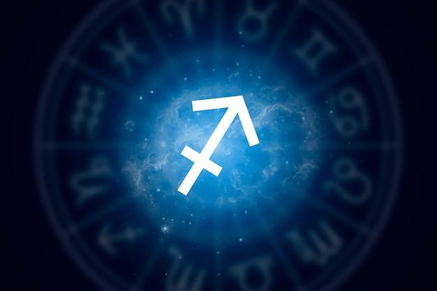Signo del zodiaco sagitario sobre un fondo del cielo estrellado