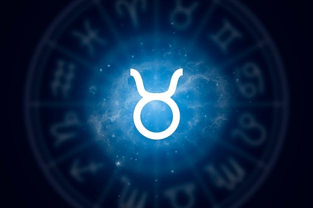 Signo del zodiaco tauro sobre un fondo del cielo estrellado
