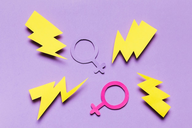 Signos de género femenino y masculino rodeados de truenos