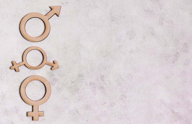 Signos de género sobre fondo de mármol con espacio de copia