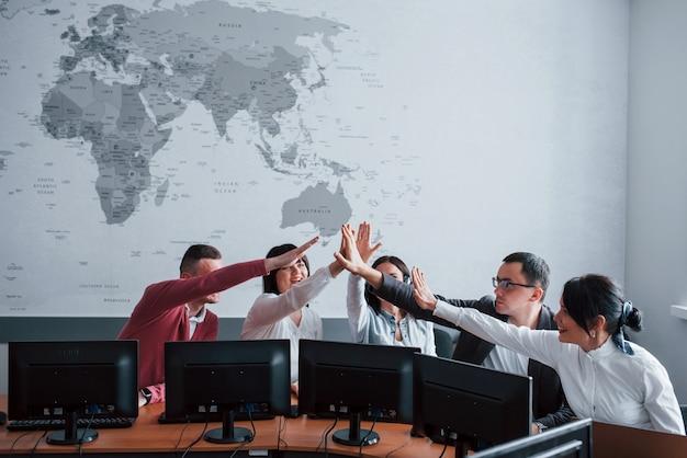 Sigue haciendo un buen trabajo. jóvenes en el call center. se acercan nuevas ofertas