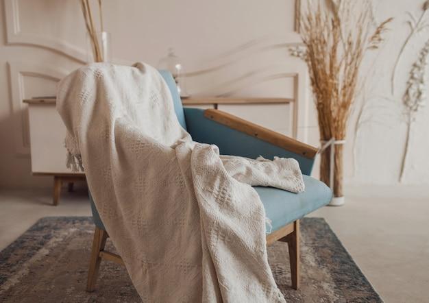 Silla acogedora con tela en la habitación. elegante interior del apartamento