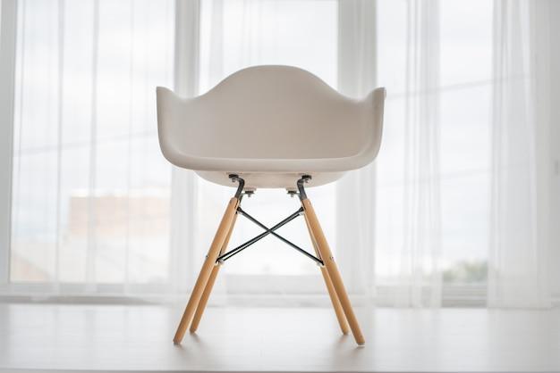 Una silla al lado de la ventana