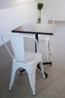 Silla de acero blanco y mesa de madera